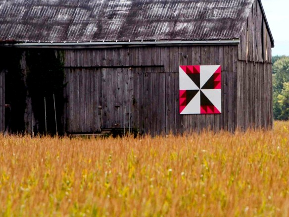 Alt tag: Motif de courtepointe de grange appelé «Bouton de rose» à Chatham-Kent