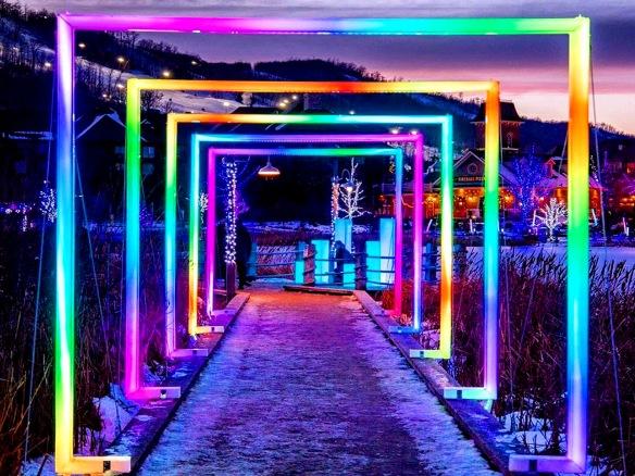 De colorées installations de lumières décorent le sentier du village Blue Mountain