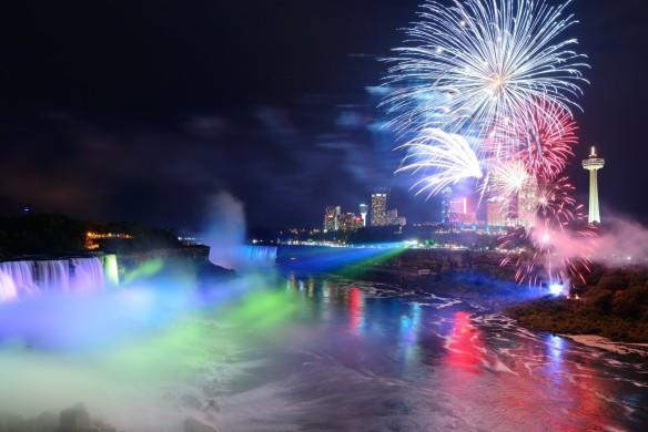 Les chutes Niagara illuminées durant un magnifique spectacle de lumières