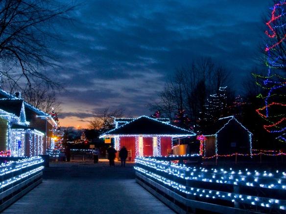 Rues d'Upper Canada Village éclairées de lumières festives et colorées
