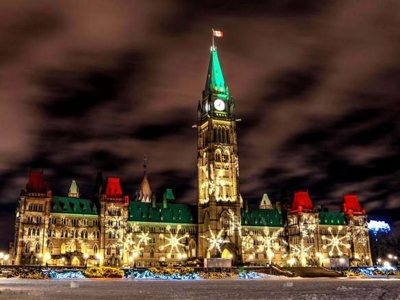 La Colline parlementaire illuminée de lumières et décorations de Noël