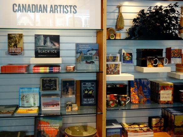 Étagères de livres et de cadeaux mettant en vedette l'art canadien.