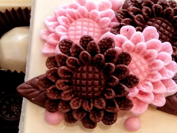 Gros plan sur des fleurs en chocolat