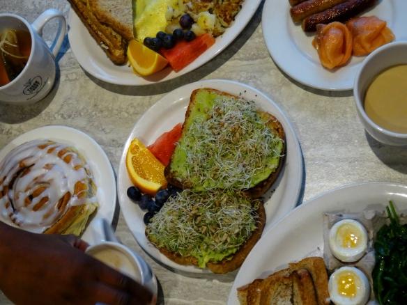 Rôtie à l'avocat et œufs au Thornbury Bakery café